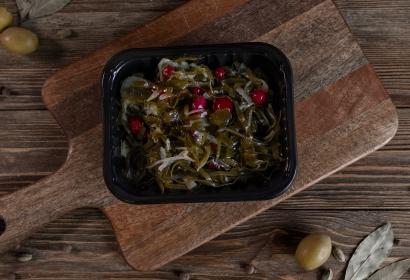 Салат из морской капусты с клюквой
